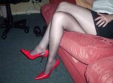 Cougar en collants : jambes croisées