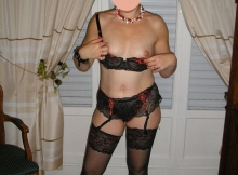 Petits seins en lingerie - Femme mûre