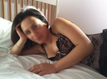Femme mariée en lingerie à l'hôtel