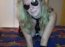 Femme mûre de Lyon sexy porte des lunettes de soleil