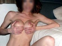 Femme cougar de Lille : serre ses deux seins
