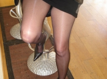 Jambes sexy en collants et talons - Femme infidèle