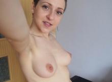 Selfie d'une jeune femme nue