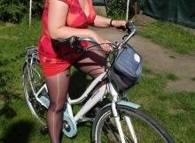 Femme ronde sexy fait du vélo
