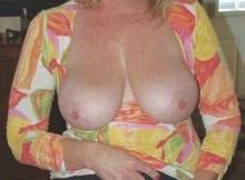 Cougar chaude de Paris : seins à l'air