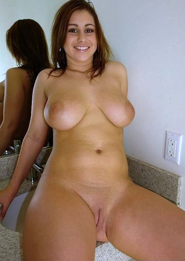 femme avec une grosse poitrine