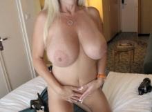 Cougar grosse poitrine (blonde de 51 ans)