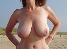 Nue à la plage en Bretagne - Gros seins naturels