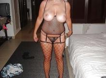 Femme cougar aux gros seins naturels