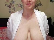 Gros seins naturels qui pendent