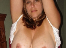 Femme mûre - Gros seins naturels