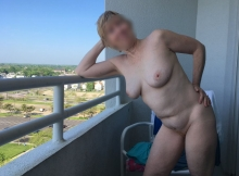 Nue sur le balcon - Rencontre mature Riviera