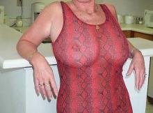 Femme retraitée Nantes : robe transparente