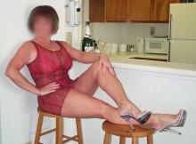 Femme retraitée Nantes : sexy, assise sur une chaise