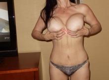 Exhibe ses gros seins - Femme Cougar