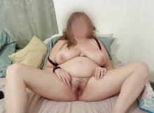 Jeune femme grosse exhibe sa chatte poilue