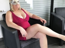 Jambes croisées en robe sexy rouge