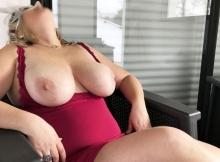 Montre ses gros seins à Versailles