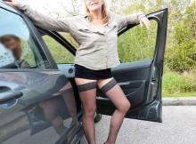 Exhibe bas nylon devant la voiture