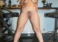 Montre sa chatte dans la cuisine - Beurette mature