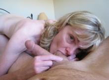 Femme mature bouffe les couilles de son amant - Photos amateur