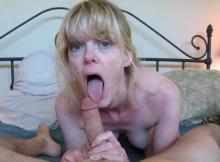 Blonde mature lèche un gland - Photos amateur