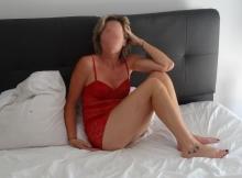 Femme infidèle en nuisette sexy