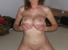 Serre ses deux gros seins ronds