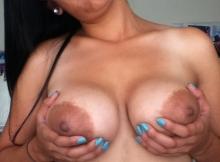 Indienne serre ses gros seins