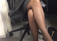 Jambes croisées - Cougar sexy