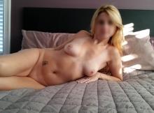 Femme mûre blonde montre ses seins et sa chatte rasée