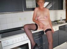 Masturbation dans la cuisine - Femme divorcée
