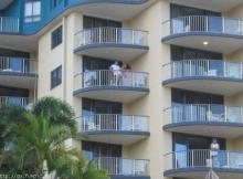 Plan cul sur le balcon - Humour sexy
