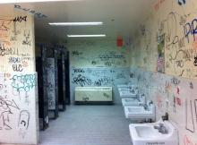 Toilettes publiques recouvertes de tags