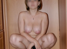 Accroupie chez elle - Milf gros seins