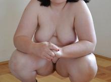 Grosse femme brune à la peau très blanche