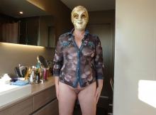 Femme porte un masque libertin et exhibe sa chatte
