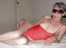 Mamie sexy en body rouge