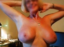 Grosse poitrine (femme mûre)