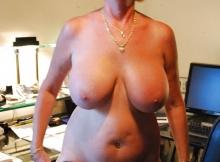 Beaux seins d'une femme mature (cougar)
