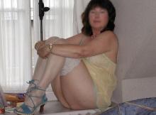 Femme mûre et cougar sexy en nuisette jaune