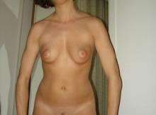 Jolie brune abaisse sa culotte