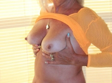 Femme Cougar exhibe ses seins