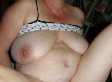 Grosse femme cougar avec les seins qui pendent