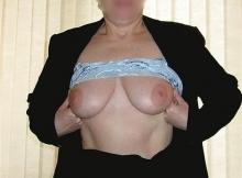 Femme cougar montre sa belle paire de seins