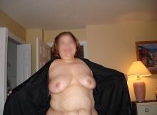 Femme enrobée se dévoile nue