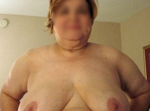 Grosse femme mure montre ses seins pendants