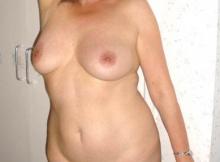 Femme mature montre sa poitrine