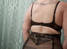 photo de derrière d'une femme cougar en lignerie