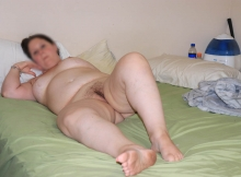 Femme ronde exhibe sa belle chatte